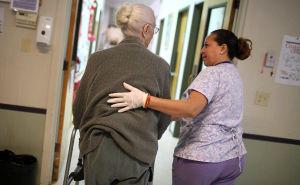 Deutsche unterschätzen Pflegekosten massiv